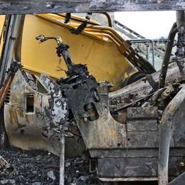 In fiamme un escavatore nel silos a Sondrio, l'ombra del dolo