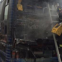 Bus in fiamme sul terzo ponte  Traffico in tilt verso Lecco
