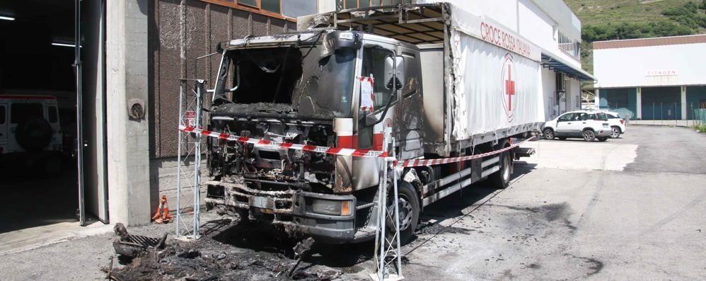 Incendio doloso: distrutto camion della Croce Rossa