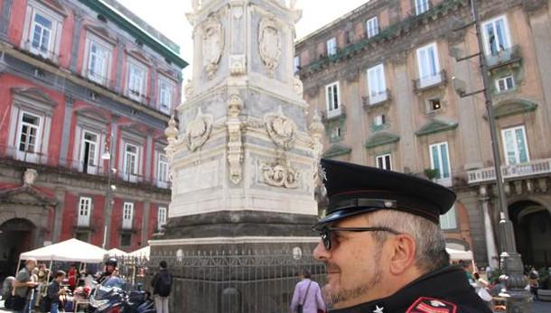 Cade da obelisco, ragazzo muore a Napoli