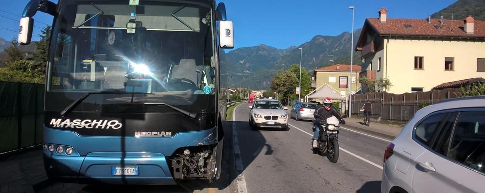 Auto tamponata finisce contro un bus con cinquanta bimbi dell'oratorio