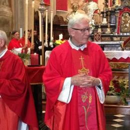 """Santa messa e striscione  Chiavenna saluta i suoi """"don"""""""