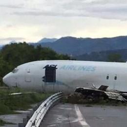 Bergamo, aereo sulla superstrada  «Per poco non mi ha preso». Caos voli  Guarda il video e  le foto