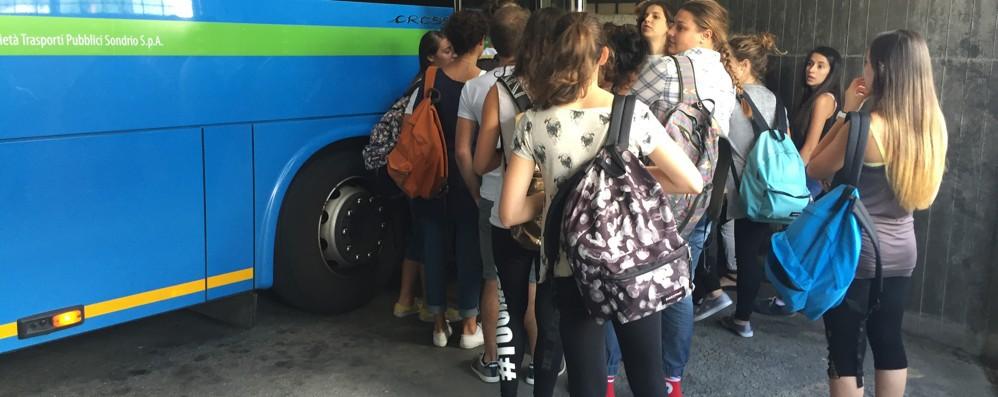 Posti a sedere esauriti  la protesta sale sul bus  «Pigiati come sardine»