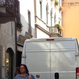 Consegne in centro: «I furgoni ignorano  le fasce orarie»