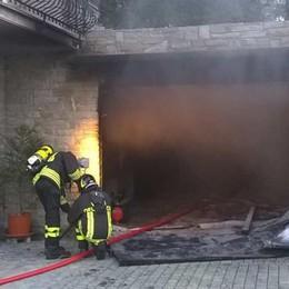 Incendio nel garage a Colorina: due ore per domarlo