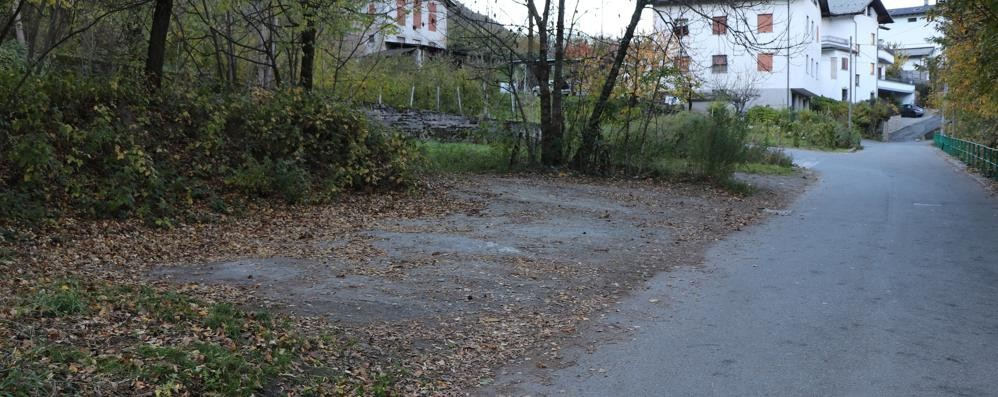 Pneumatici sgonfiati, cresce il fastidio  «Quella zona ha bisogno di posti auto»