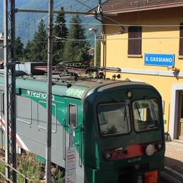 Lanciano un martello dal treno in corsa  Danneggiate due auto in un parcheggio