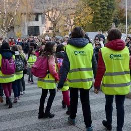 All'uscita da scuola con pettorina gialla  Primo giorno da soli per gli studenti
