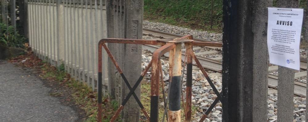 """Via la """"girandola"""" sulla ferrovia  È troppo pericolosa"""