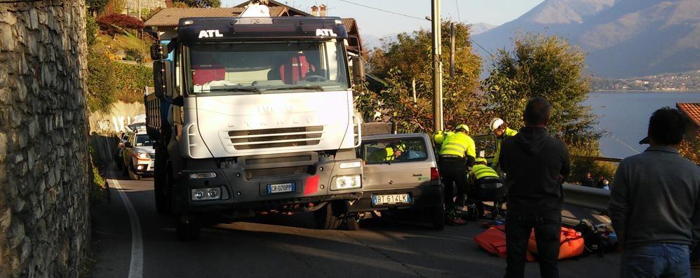 """Camion """"perde"""" il braccio della gru  Ferito automobilista di passaggio"""