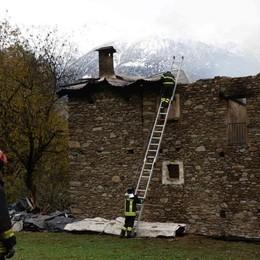 Bruciano casa e fienile sopra Regoledo: una donna ferita nel tentativo di fuggire