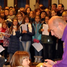 Folla per don Romano: «Voglio conoscervi tutti, in particolare i giovani»