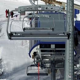 Il vento ferma tanti sciatori  Palo abbattuto sulla statale 36