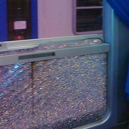 Martelletto sparito e vetro spaccato  Ragazzi spaventati: «Succede spesso»