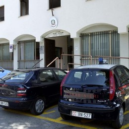 Automobile prende fuoco: i  carabinieri domano il rogo