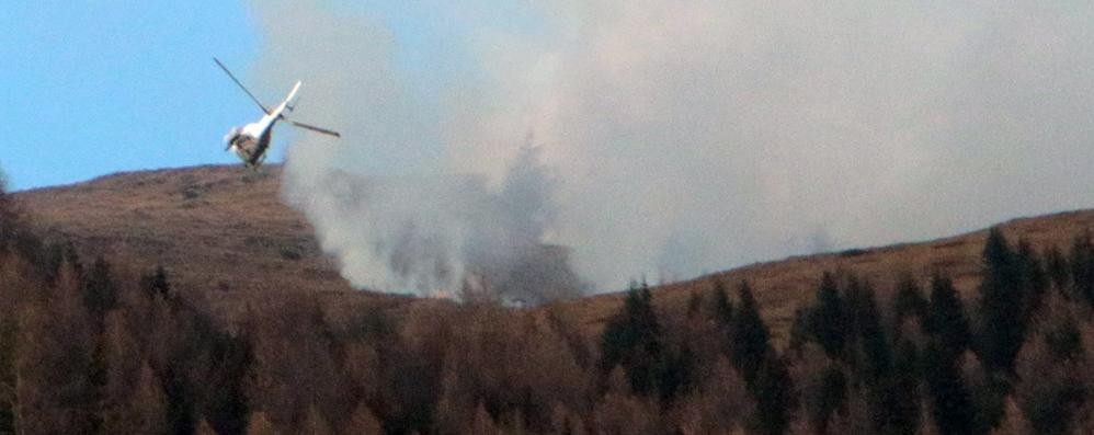 L'alpe Mara è in fiamme  Vento e siccità fanno paura