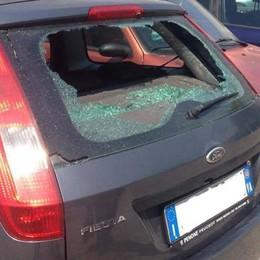 Due auto danneggiate nel parcheggio in centro: caccia ai vandali a Chiavenna