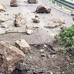Scarica di macigni sulla Lariana  Chiusa a tempo indeterminato