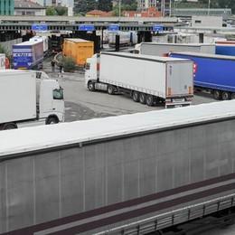 Cinquemila Tir a Ponte Chiasso  I residenti: «Siamo assediati»