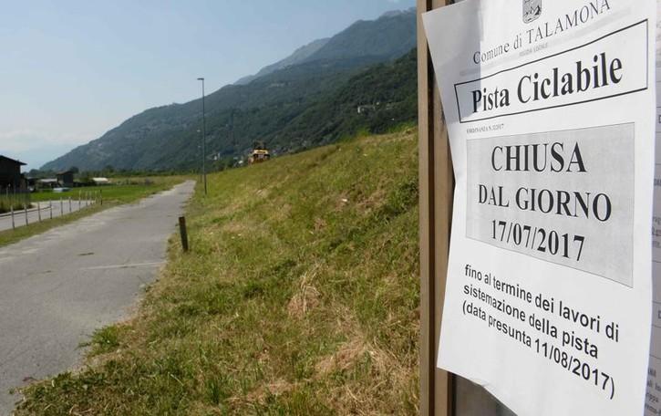 Asfalto, piante e segnali: chiusa   la pista ciclabile tra Morbegno   e Talamona. Si pedala solo in agosto