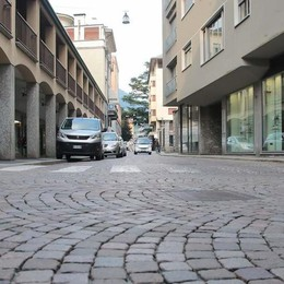 Cantiere d'estate a Sondrio  Niente auto e moto in via Cesura