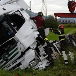 Scontro sulla statale a Delebio, auto e camion fuori strada
