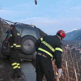 Poggiridenti, auto bloccata in bilico a strapiombo sulle vigne