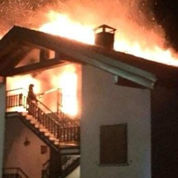 Grosso incendio distrugge il tetto di una palazzina a Tartano