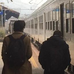 Passaggio a livello e treno guasti: è caos