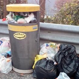 Incivili sulla Statale 36, ci risiamo  Ancora rifiuti nelle piazzole