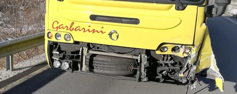San Giacomo Filippo, frontale fra auto   e bus con 50 bambini a bordo: tutti illesi