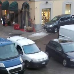 Sosta selvaggia in piazza Cavour a Sondrio: privati esasperati