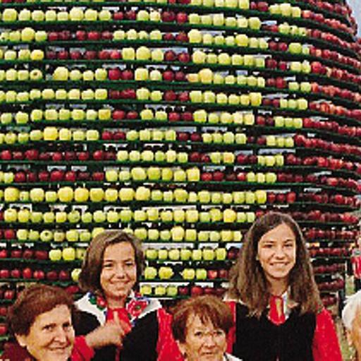 Sagra di mela e uva  un vero successo  Con coda polemica