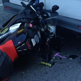 Chiavenna, tampona furgone e cade in moto