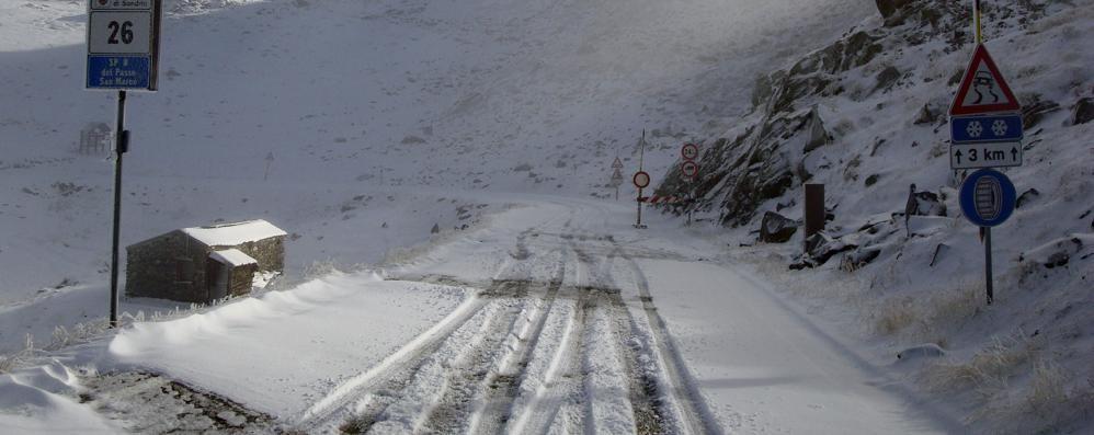 È arrivata la neve in quota, chiuso il passo San Marco