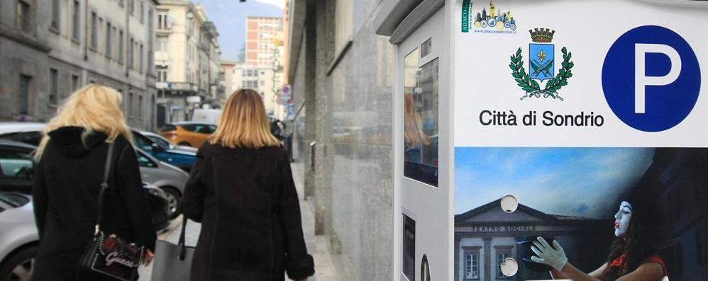 Nuovi parcometri, pagamenti più facili a Sondrio. Ma tassa sulla app