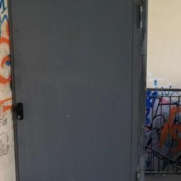 """Vandali, droga e pericoli, una porta """"vigila"""" sui garage"""