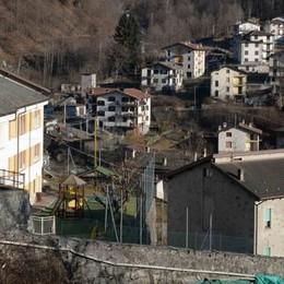 La montagna fa paura: caduti massi in quota. La scuola resta chiusa