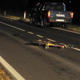 Attraversa la strada con la bici  Travolto da un'auto: è grave a Prata
