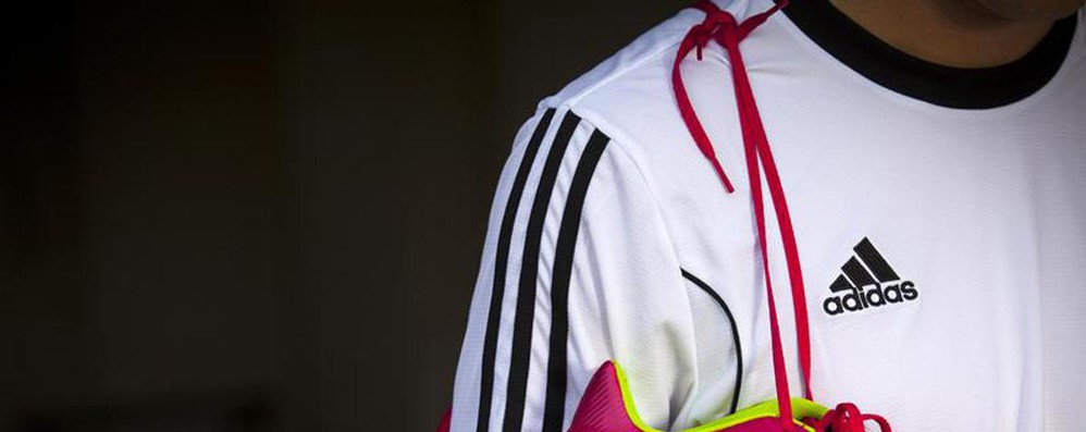 Tribunale Ue, Adidas può opporsi a marchio con due strisce