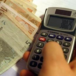 Gli utenti morosi e i rincari in bolletta  Due euro all'anno