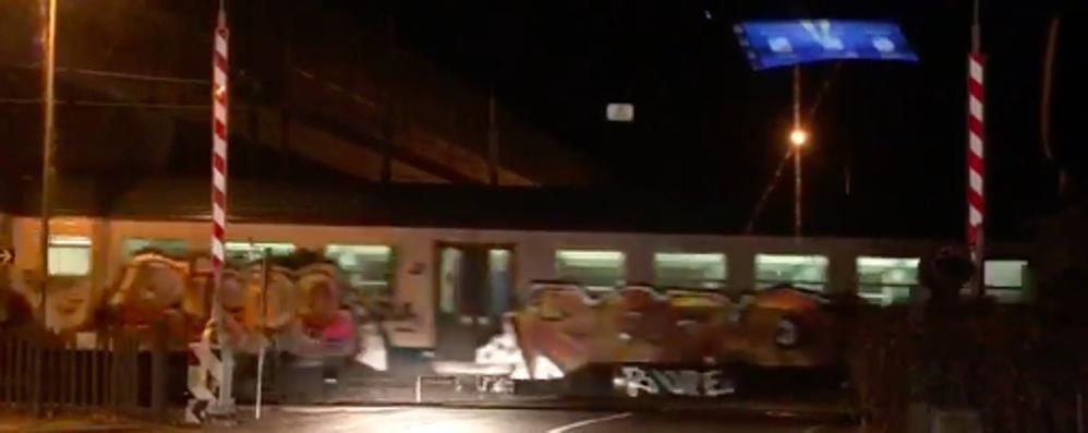 Le sbarre sono alzate ma il treno transita  Grosso rischio sulla ferrovia
