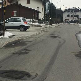 L'asfalto è da rifare, solo lavori tampone in attesa del metano