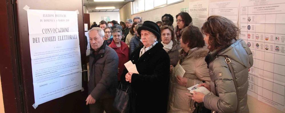 Elezioni, caos ai seggi di Sondrio  Fino a un'ora di attesa per votare  Alle 12 ha votato un valtellinese su 5