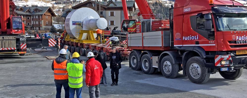 Partito il rotore gemello: un convoglio di 60 metri. Strade chiuse e rinforzi