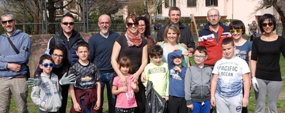 Guanti e sacchi: verde pulito  con i volontari