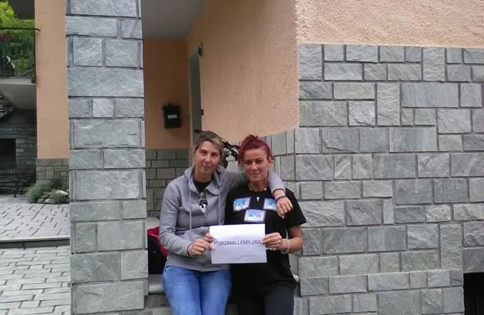 CAMPODOLCINO Veronica e Cristina Luraschi con il cartello #forzavallespluga