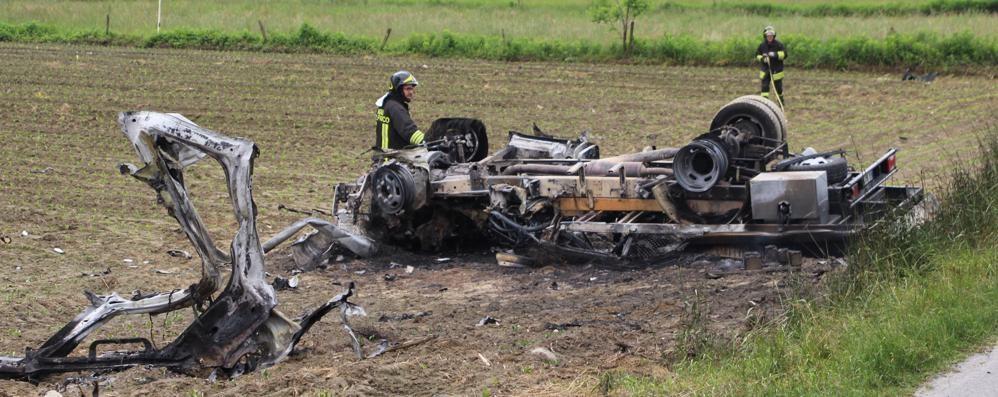 Samolaco, camion si ribalta e prende fuoco
