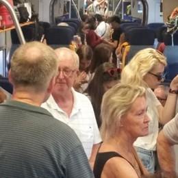 Coradia a metà, viaggiatori   sul treno stipati come sardine
